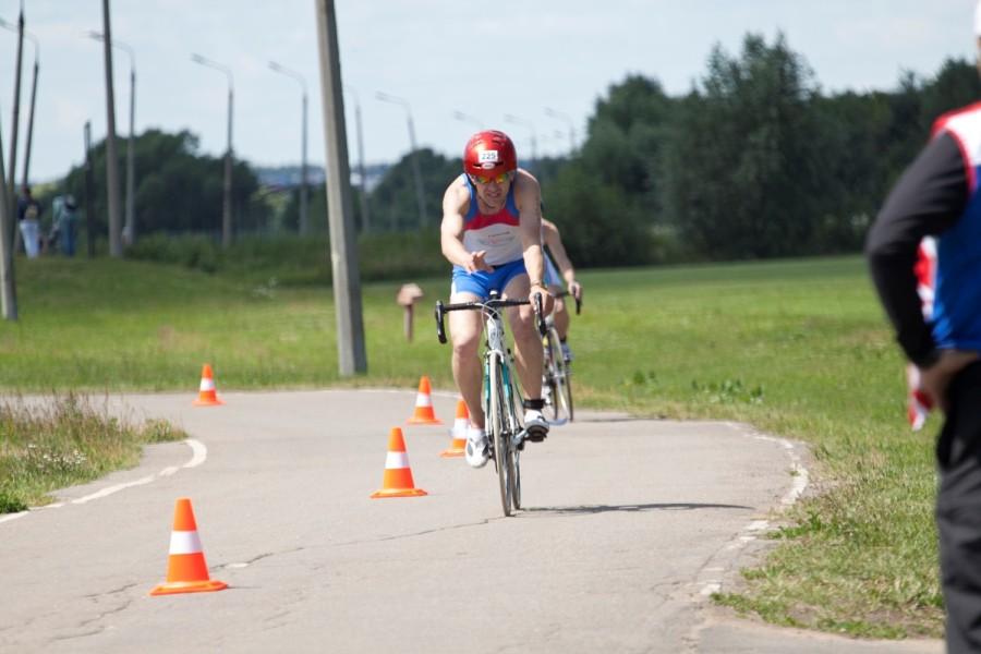 Алексей Соболев в своем великолепном и узнаваемом шлеме заканчивает велоэтап!