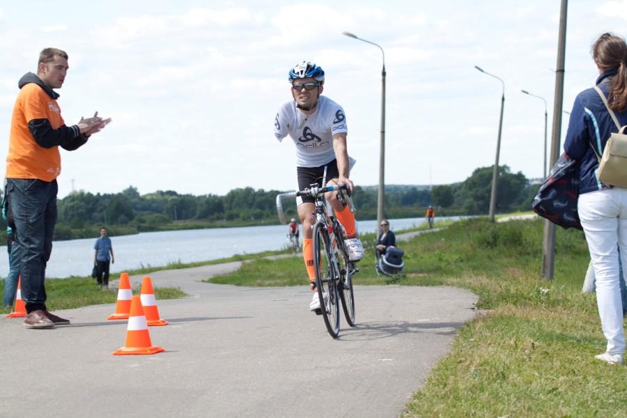 Поапладируем! Я не видела плыл ли этот спортсмен, но на велосипеде ехал и бежал так, что многим и не снилось! Браво!