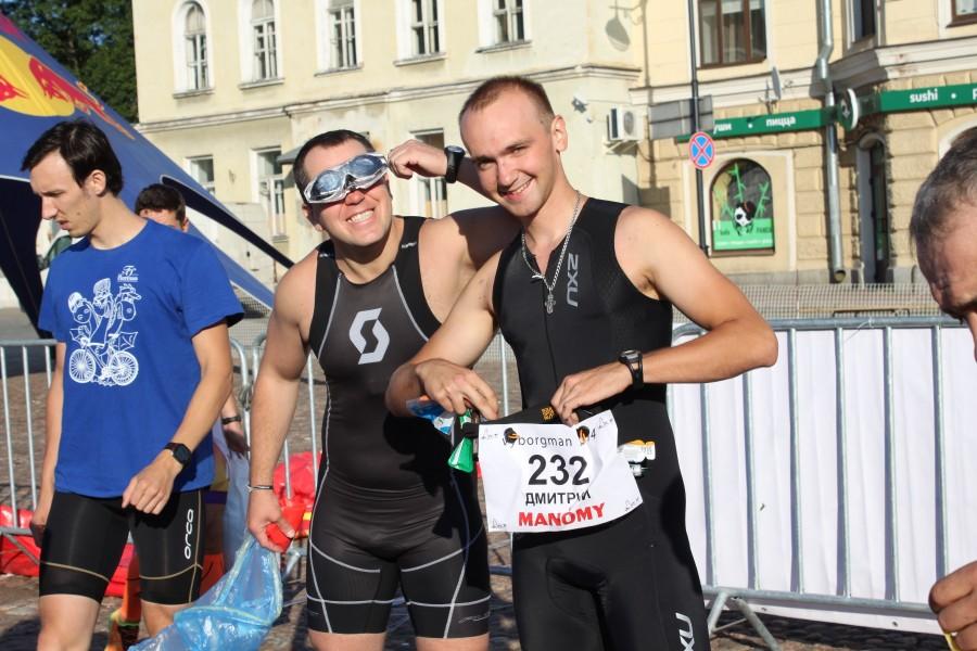 Дима и Сергей готовятся к первому плавательному этапу в 1,9 км. Ведь не шутка, а они совсем не серьезны! )))