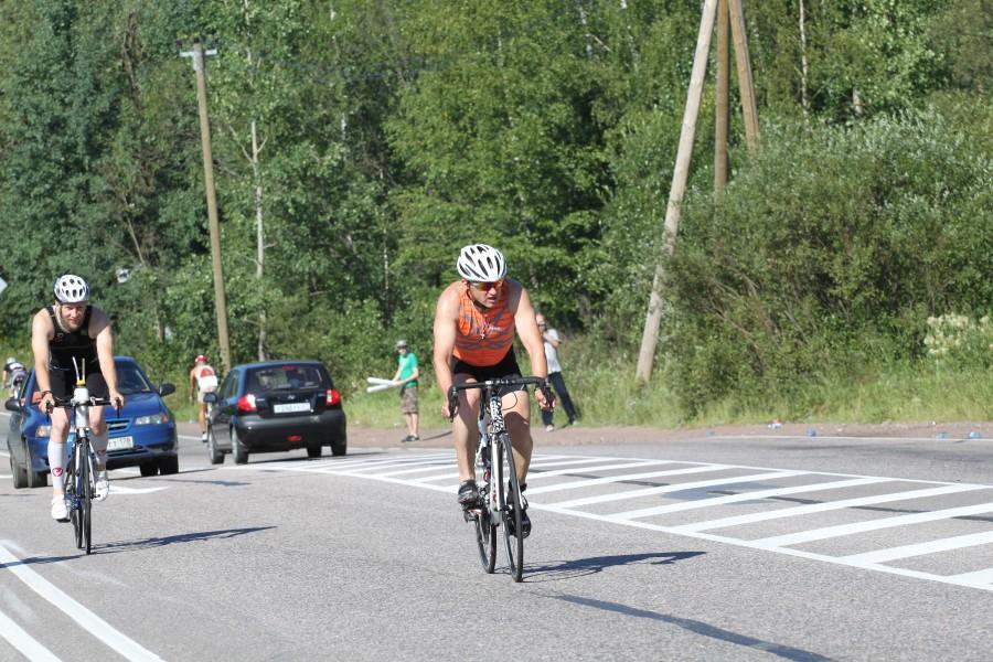 Андрей Куликов аккуратно подходит к развороту на второй круг.