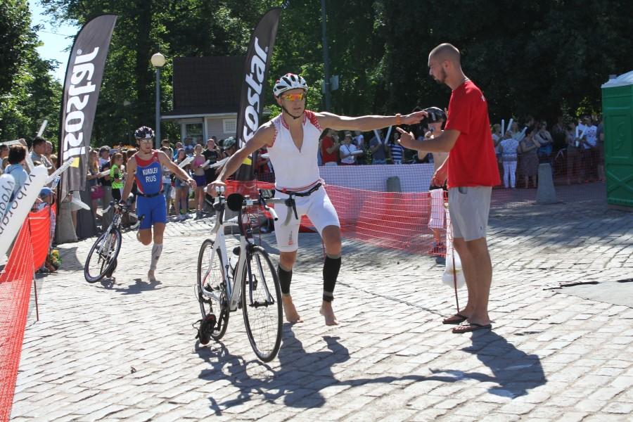 """Дмитрий чуть не потерял отстегнувшийся велотуфель, но волонтер всегда рядом и поможет чем сможет!  Спасибо всем """"красным майкам""""!"""