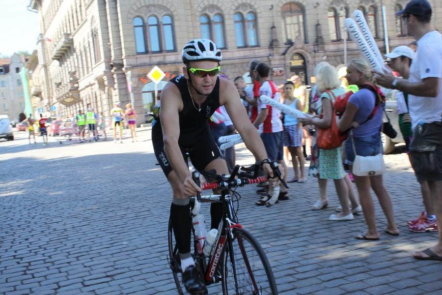 И вот велоэтап закончен, Дмитрию Тимофееву нужно переобуться и выдвинуться на последний, самый тяжелый - беговой этап.