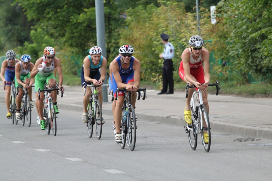 Триатлеты развивали скорость до 40 км/ч.