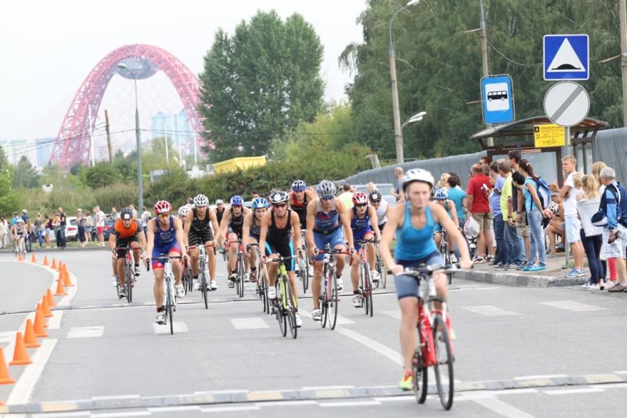 На время соревнований улица Крылатская превратилась в велотрек.