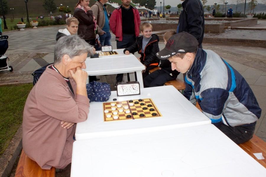 Здорово было наблюдать, как взрослое поколение сражается на шахматном поле с молодежью!
