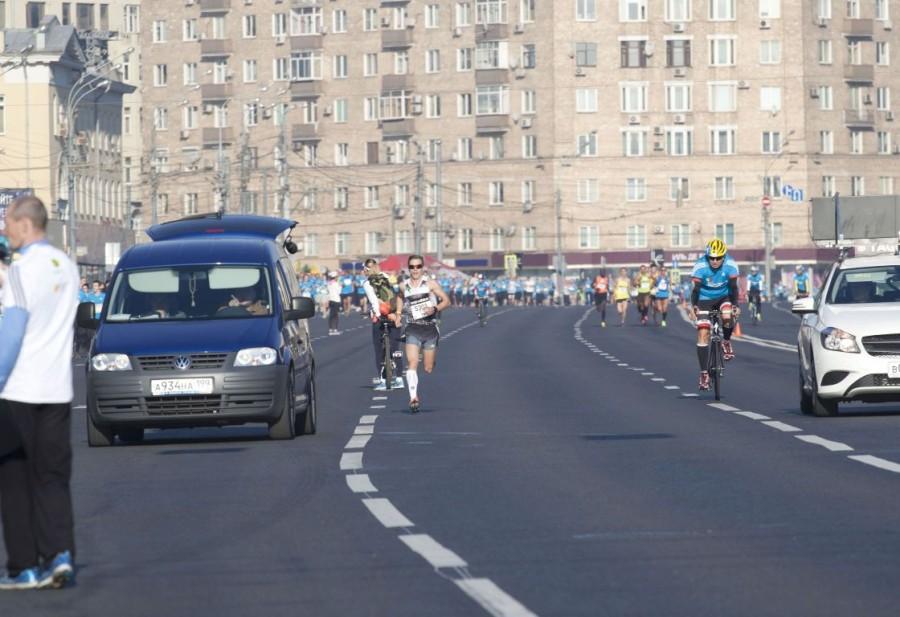 Москвич Сергей Зырянов, занявший в итоге 2 место, не долго лидировал в марафоне.  Слева плывет пятитысячная волна десятки.