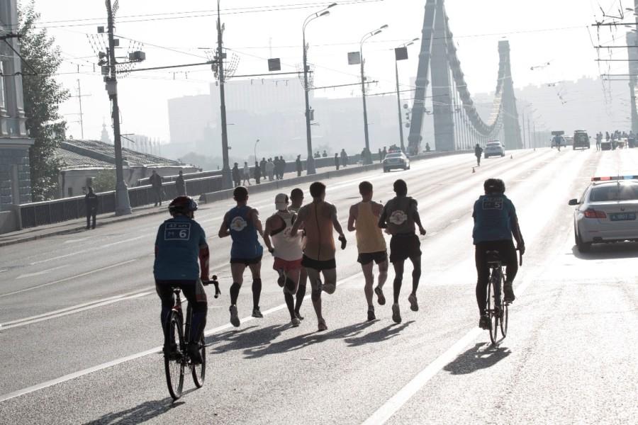 Лидеров всех групп на велосипедах сопровождали маршалы с номерами на футболках. Зрителям было понятно кто перед ними!