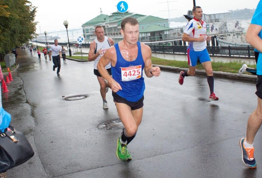 Андрюша Скворцов так сосредоточенно и усердно бежал, что не замечал никого вокруг и наверное был доволен своим 24 местом! Поздравляем!