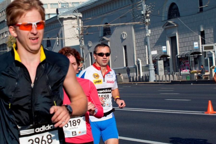 Роман Кошелев всегда выглядел невозмутимо спокойно и, на первый взгляд, совершенно не напрягаясь, пробежал в своем комфортном темпе за 3:46:47. Молодец!