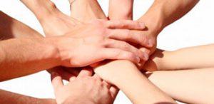 Фото рук в рукопожатии - Благотворительная помощь спортсмену