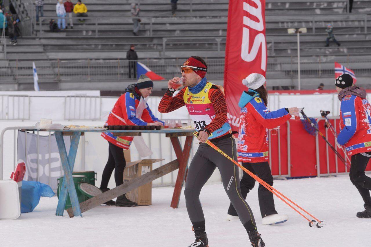 Фото лыжника на пункте питания - Деминский лыжный марафон, Рыбинск