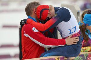 Фото - Лыжник (спортсмен) расстроен и плачет на плече тренера